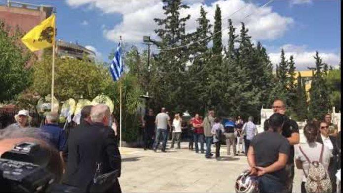 Ο Νίκος Αλιάγας φτάνει στο κοιμητήριο Ζωγράφου
