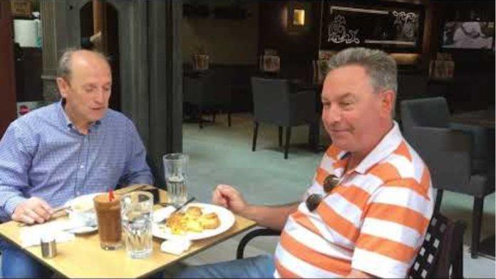 Εστίαση βίντεο κύριοι μιλούν ενώ πίνουν τον καφέ τους