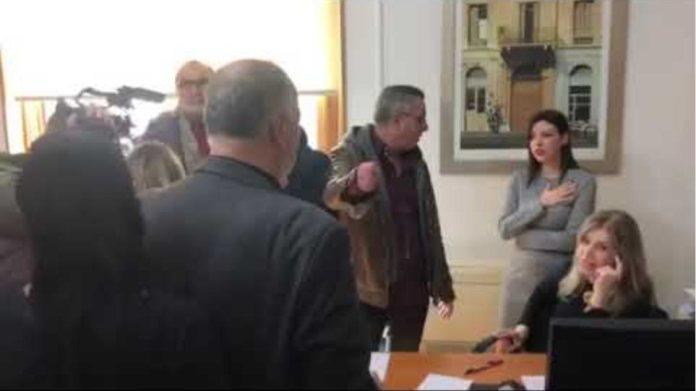 Γραφειο υπουργού Οικονομίας και Ανάπτυξης, Στεργιου Πιτσιόρλα   Παραμένουν μέχρι να συναντήσουν τον
