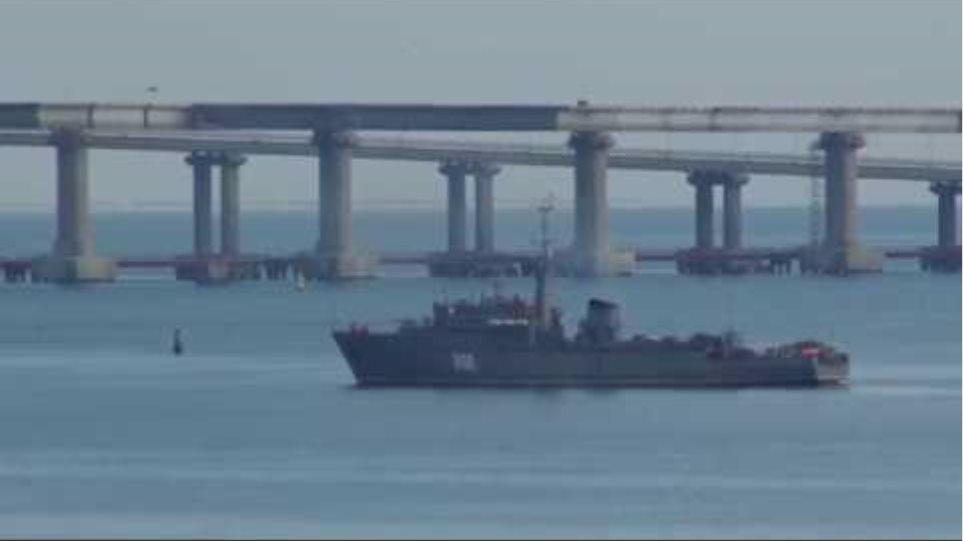 Cargo ship blocks Kerch Strait as Ukrainian Navy breaches Russian border