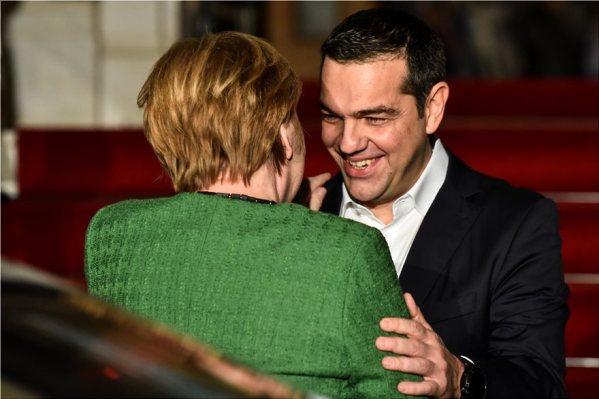 merkel_tsipras_kiss