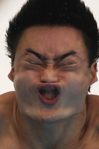 O nome do figurão aí é Qin Kai. Já não bastasse toda a gengiva superior à mostra, ele ainda contorce tanto o rosto que parece aquelas máscaras de monstro q...