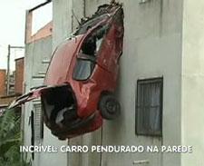 Carro 'voador' quase causa tragédia em SP