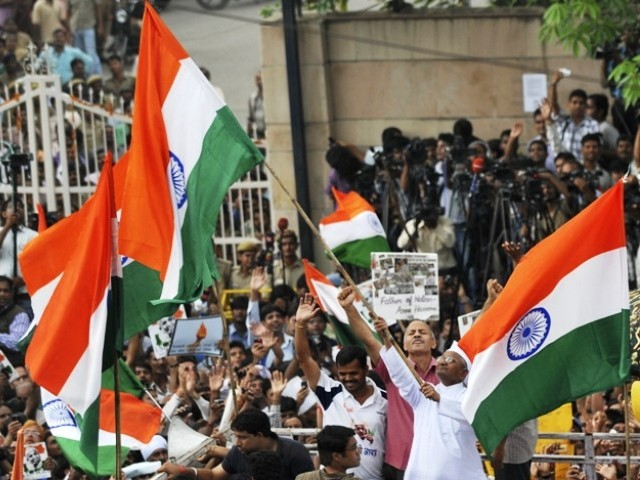 Anna Hazare protests. If 2-3 lakh people can volunteer for imprisonment, the Indian Government will be forced to negotiate.  |  Image source and courtesy - tribune.com.pk