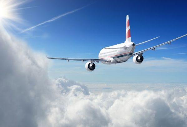Картинка полет пассажирского самолета на высоте между облаками