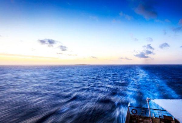 Картинка море океан шлейф на воде от корабля