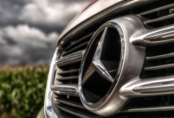 Картинка эмблема, значок Mercedes Benz на решетке крупным ...