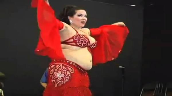 Uma Fofinha Linda Praticando a Dança do Ventre - YouTube