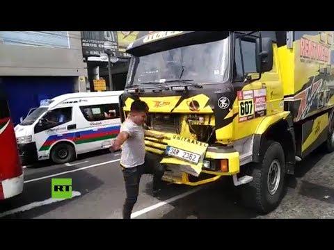 FAIL: Rompe un camión del Dackar al tomarse una foto con él