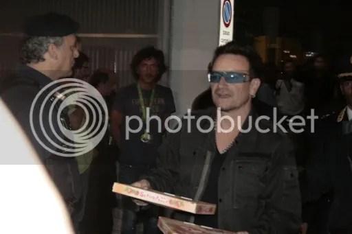 Bono llevando pizzas a los fans de U2 en Turín