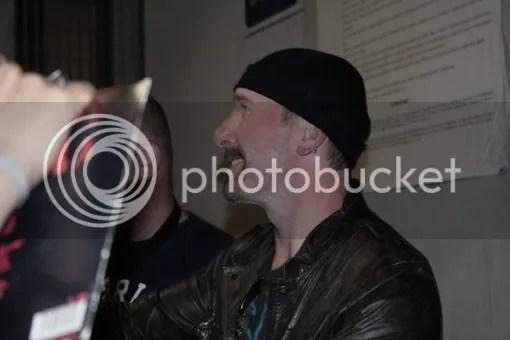 Edge llevando pizzas a los fans de U2 en Turín