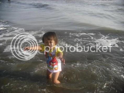 Sekar Alit Nyebur di Pantai