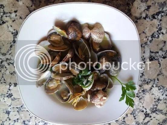 plato terminado de almejas marinera