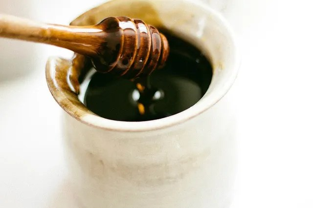 Home remedies for colds: honey helps relieve coughing and sore throats
