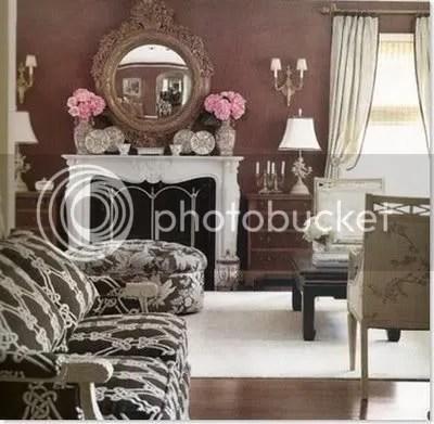 Oturma odasındaki kahverengi duvarlar zarafet ve incelik sunar