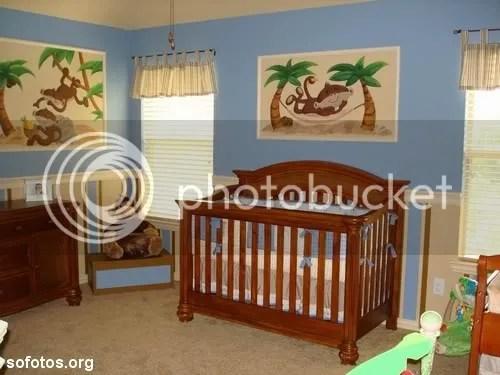 Quarto de bebê com quadros na parede