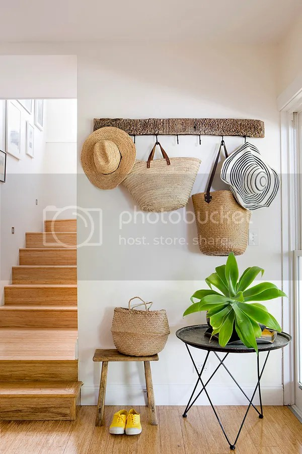 Decoración con sombreros de paja en la pared - photo Christina Prescott