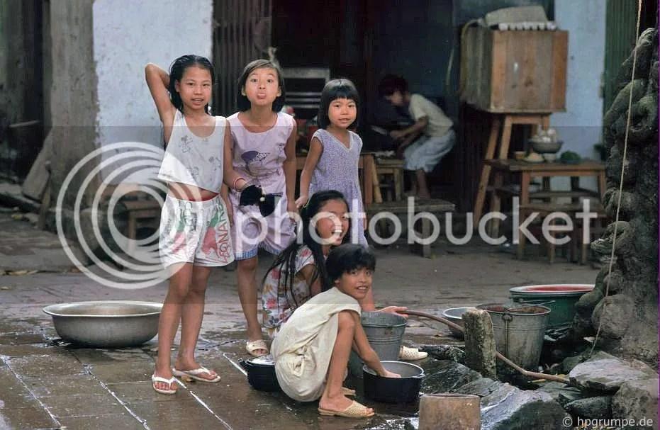 Hà Nội: Trẻ em tại một điểm nước tại Phố Lò Đúc