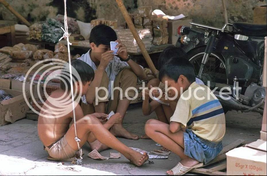 Hà Nội: Trẻ em chơi thẻ