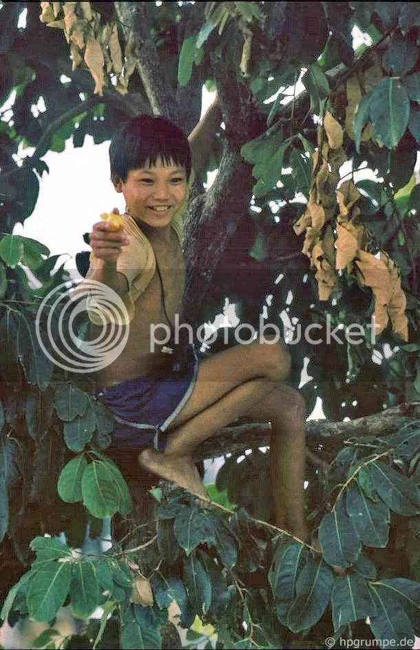 Hồ Hoàn Kiếm - Hà Nội: Boy với khẩu súng nước