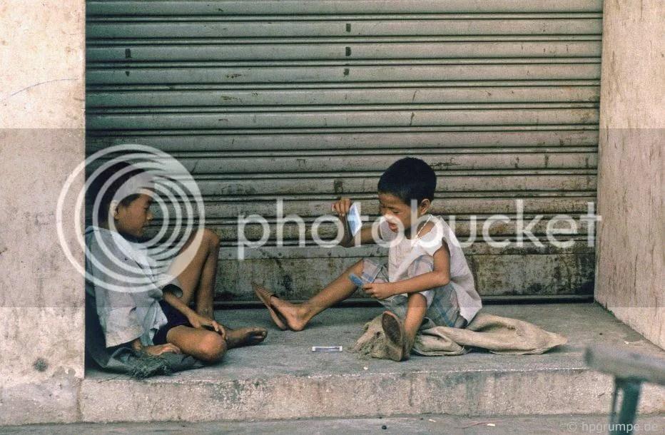 Hà Nội: trẻ em đường phố chơi bài