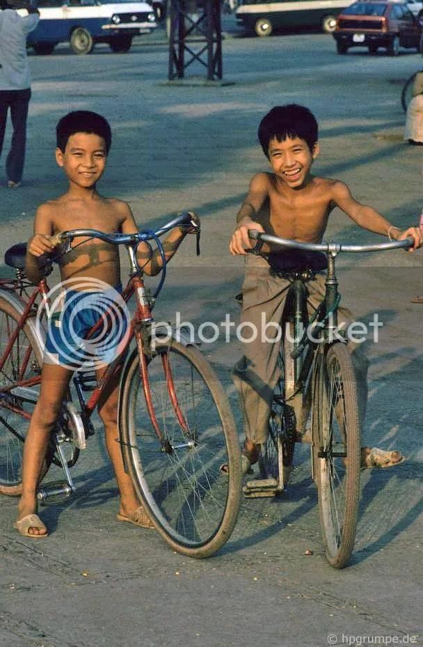 Hà Nội: 2 bé trai với xe đạp