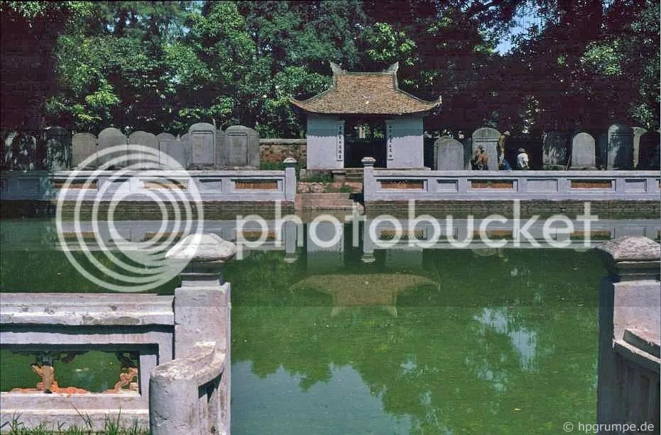 Hà Nội - Văn Miếu: bia ký tại đài phun nước của ánh sáng trên trời