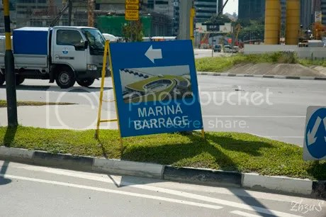 Sign to Marina Barrage!! -- if you DO want to walk for 25 mins!