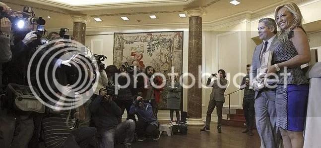 Belén Esteban y su prologuista Boriz Izaguirre bajo una lluvia de flashes de cámaras de fotos