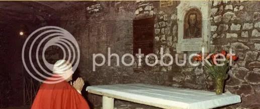 """Папа Йоан Павел II на гроба на св. Кирил Славянобългарски в базиликата """"Св. Климент"""" в Рим. Източник: basilicasanclemente.com"""