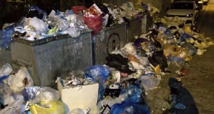 İstanbul Maltepe sokaklarında çöp dağları yükselmeye başladı! - Resim 1