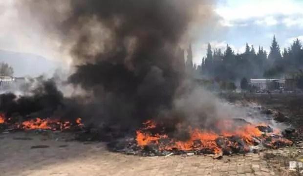Otluk alanda yangın: Araç lastikleri yandı 1