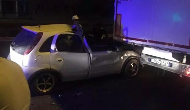 Araba TIR'ın altına girdi: Kazadan sağ kurtuldular 1