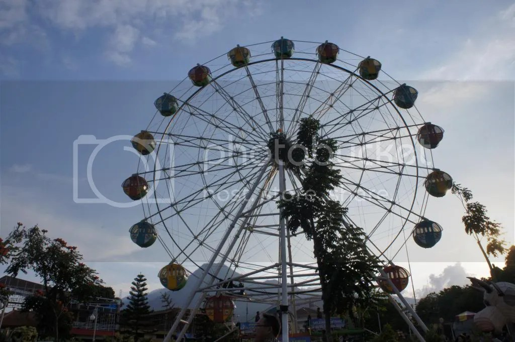 Ferris wheel, it is a tiny FW compared with one in JatimPark 2, that's huuuuggeeeee....