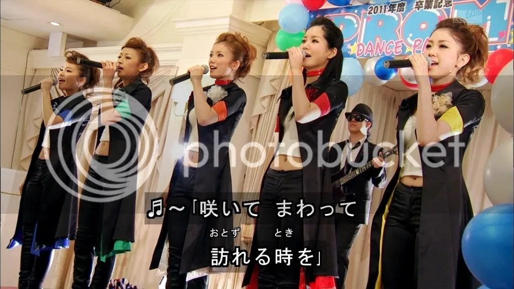 Kamen Rider GIRLS cantando no episódio de Fourze