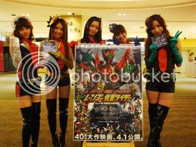 As meninas do Kamen Rider GIRLS com o pôster do filme.