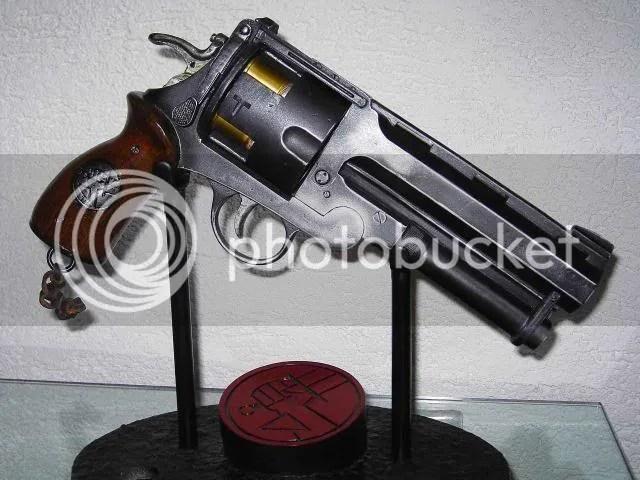 The Samaritan de Hellboy. Pistolón sin par, revólver único y tocho.