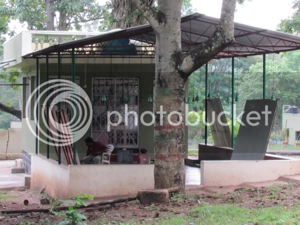 pntg in temple dhanush wldlfe pntr 040812 kbni