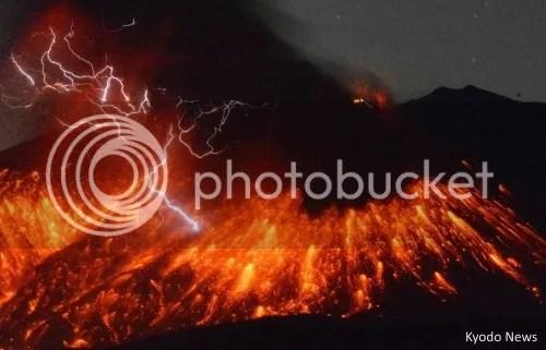 Rayos y relámpagos saliendo durante la eurpción del volcán Sakurajima (Japón) en febrero de 2016