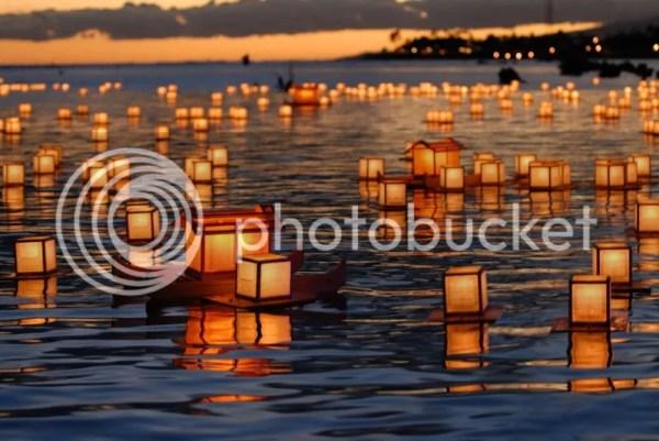Farolillos (toro nagashi) flotando en la noche de Obon en Japón