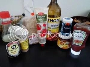 Sojasauce, Grill-Gewürz, Tofu-Platten, Tomatenmark, Sonnenblumenöl, Salz, Hefe-Extrakt und Barbecue-Sauce. Mehr braucht es nicht.