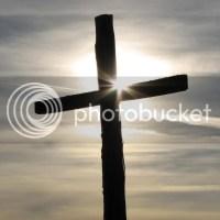 Cruz con amanecer por detrás