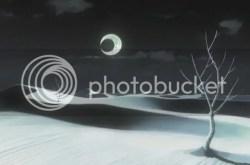 Desierto blanco de noche con luna creciente