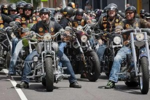 Grupo de moteros montados en sus motos