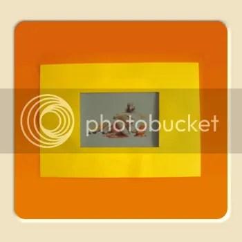 desen pe ușa portocalie