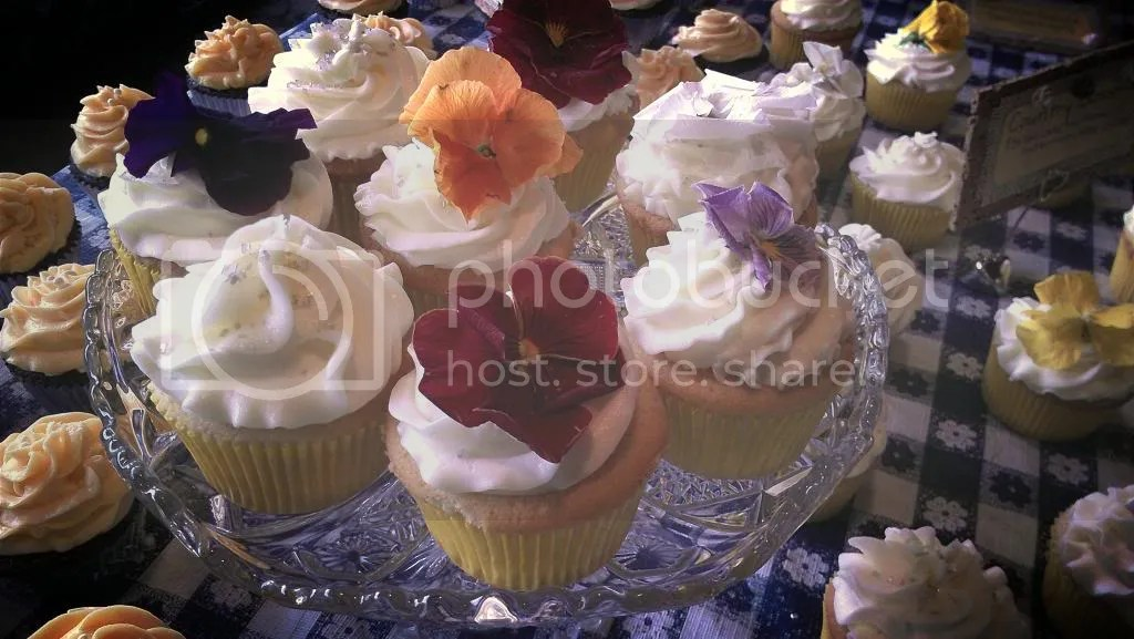 wedding cupcakes with edible flowers!