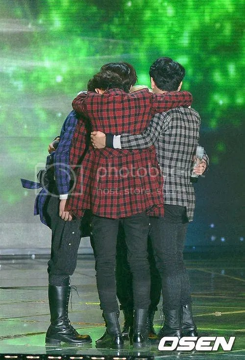 SHINee WON MELON Awards photo SHINeeasTheBestArtistofTheYearonMelonMusicAwards_zps8f89a9c4.jpg