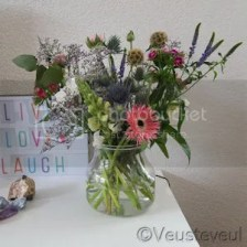 Verse bloemen op de kast en op de tafel!