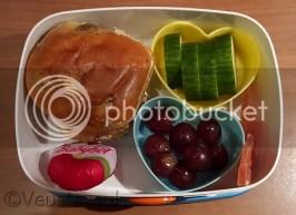 Krentenbol, babybel, druiven, komkommer en gedroogd fruit