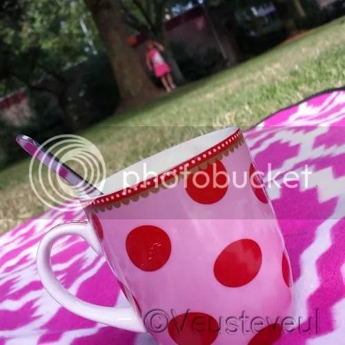 Buiten op het gras een kop koffie!